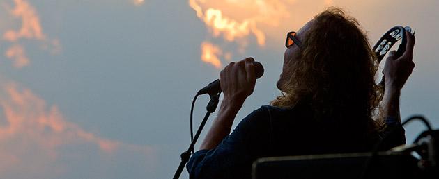 banner-amp-singer-silhouette